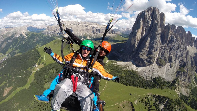 parapendio biposto sulle Dolomiti in Alto Adige