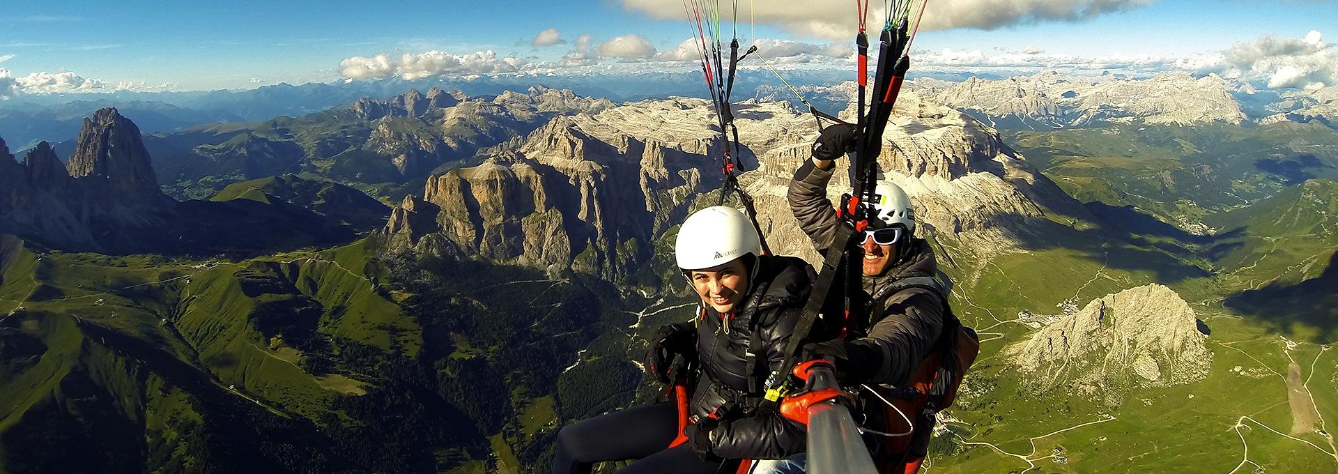 Gleitschirmflug in den Dolomiten