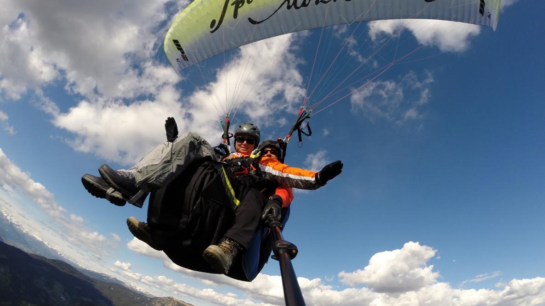 parapendio in volo sulle Dolomiti